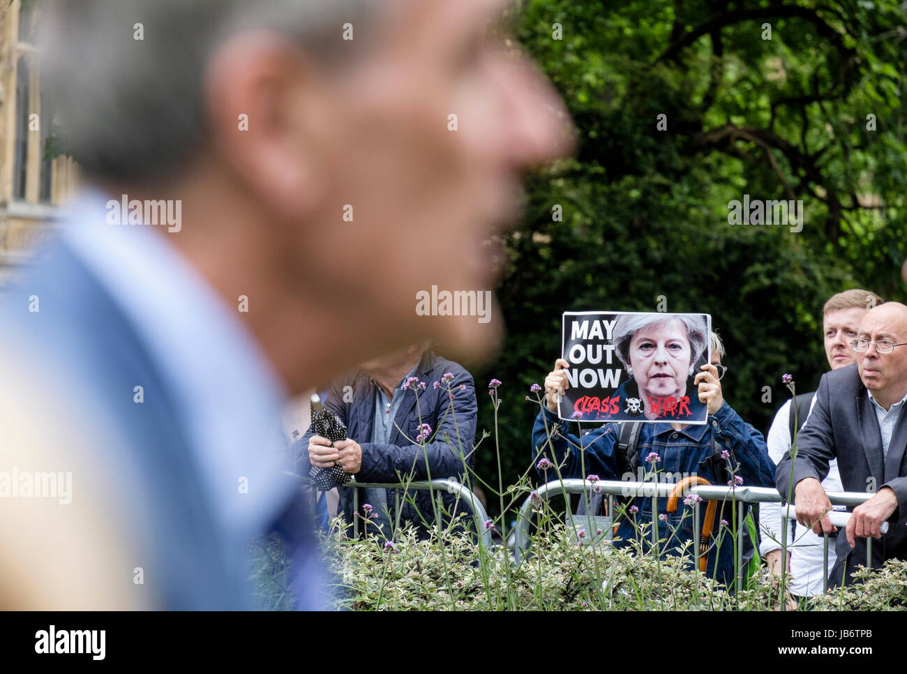 London, Großbritannien. 9. Juni, 2017. Anti Theresa May Demonstrant zeigt Plakat fordert ihren Rücktritt Stockbild
