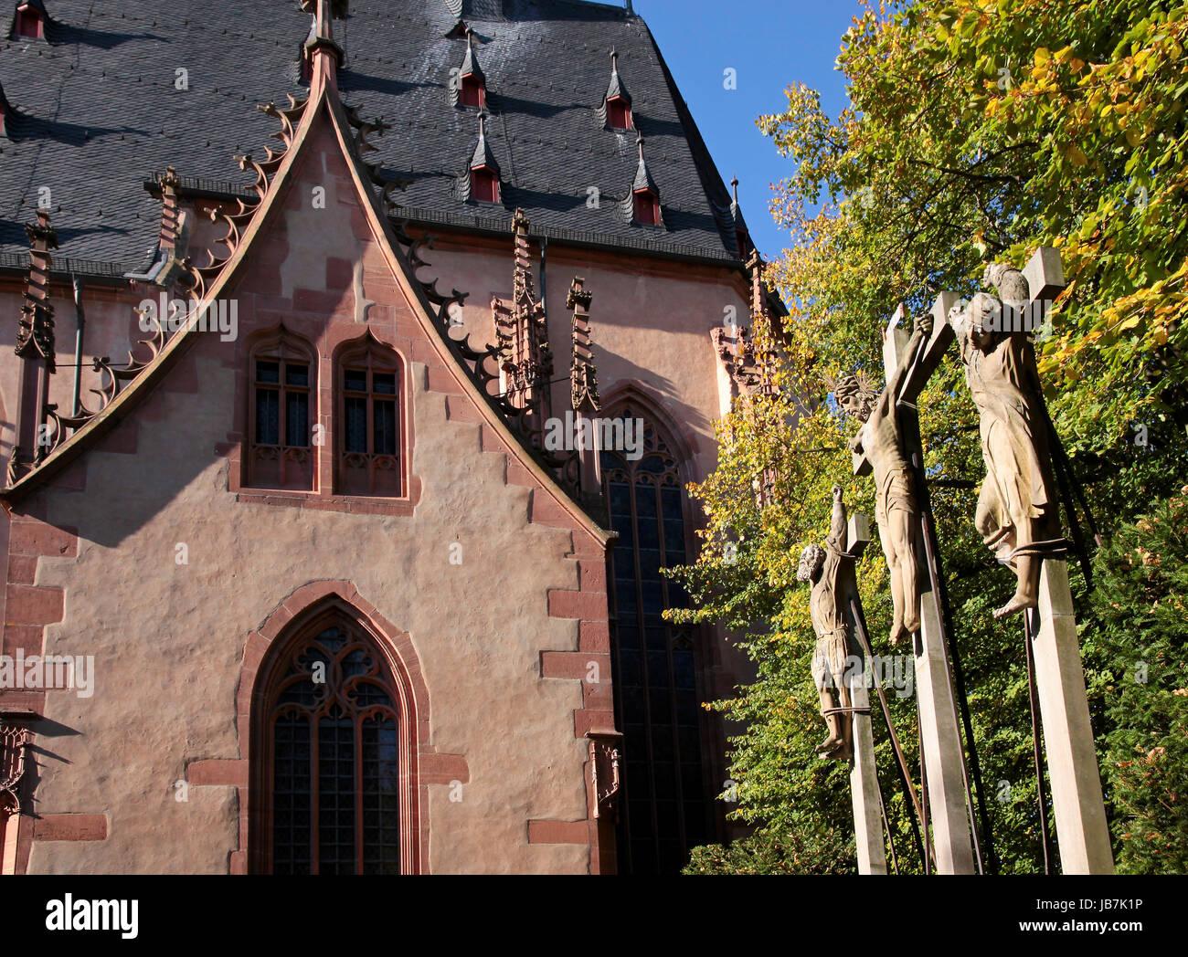 Kreuzigungsgruppe Bei der Pfarrkirche St. Valentinus in Kiedrich, Rheingau, Hessen, Deutschland Stockbild