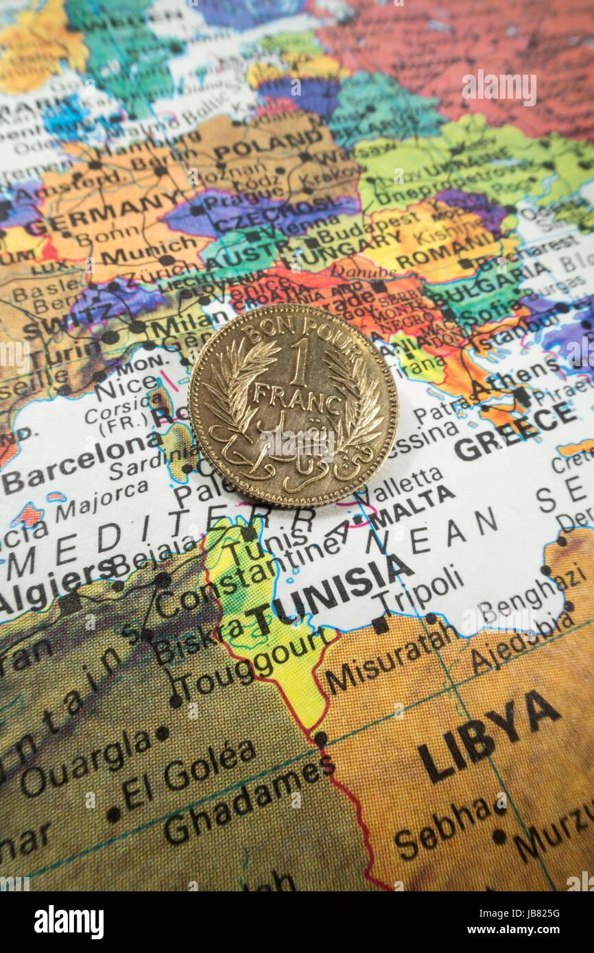 Tunesische Münze Auf Welt Karte Stillleben Stockfoto Bild