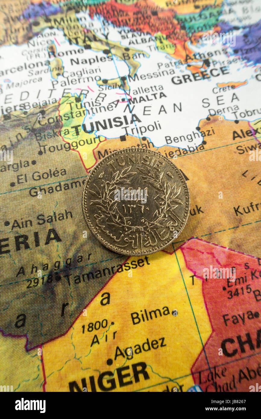 Tunesien Karte Welt.Tunesische Münze Auf Welt Karte Stillleben Stockfoto Bild