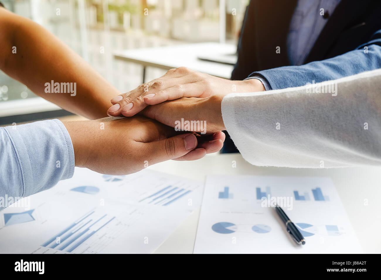 Teamarbeit verbinden Hände Unterstützungskonzept zusammen. Business Team Kollege Brainstorming-Sitzung Konzept Stockfoto