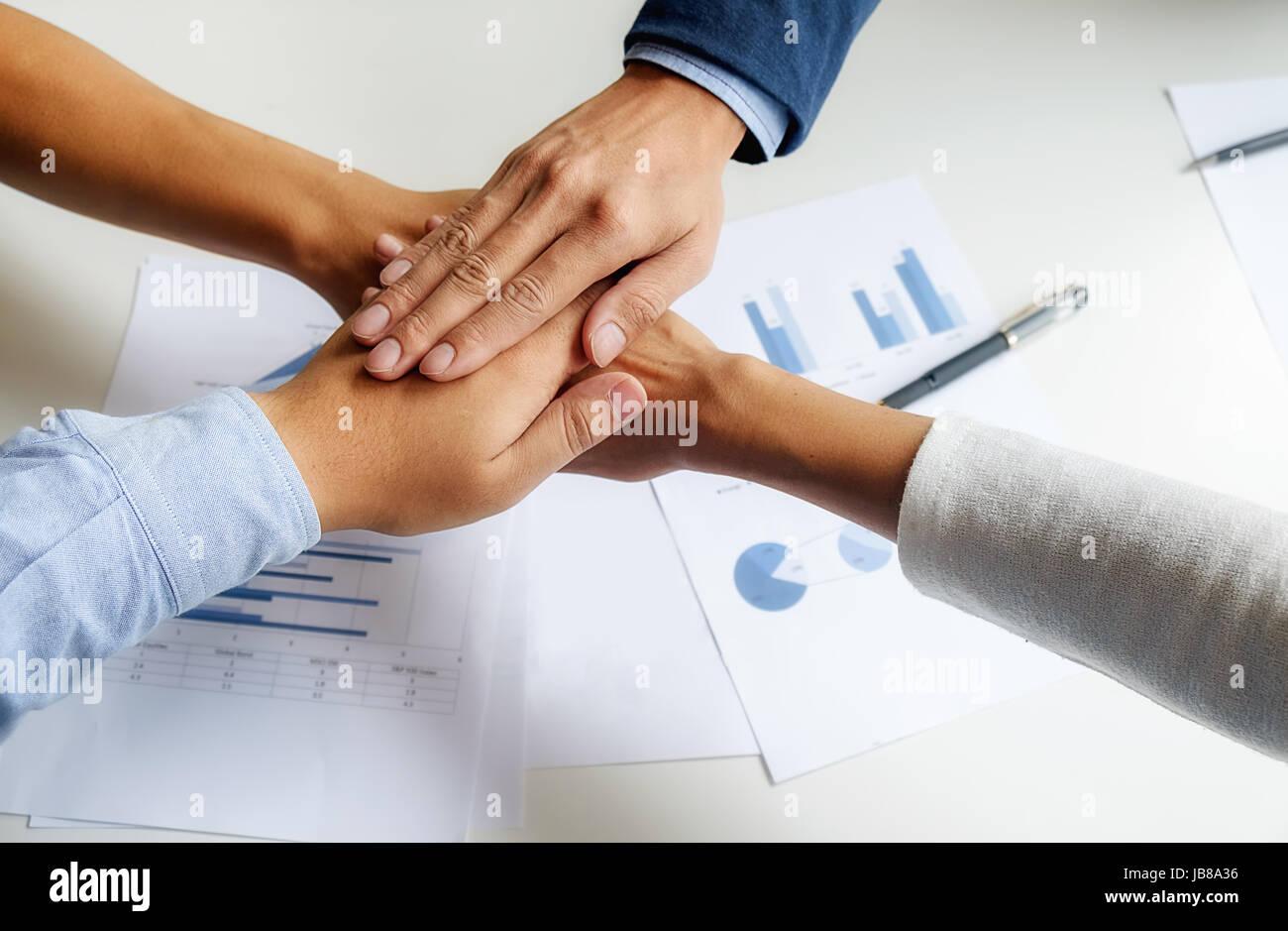 Teamarbeit verbinden Hände Unterstützungskonzept zusammen. Business Team Kollege Brainstorming-Sitzung Stockbild