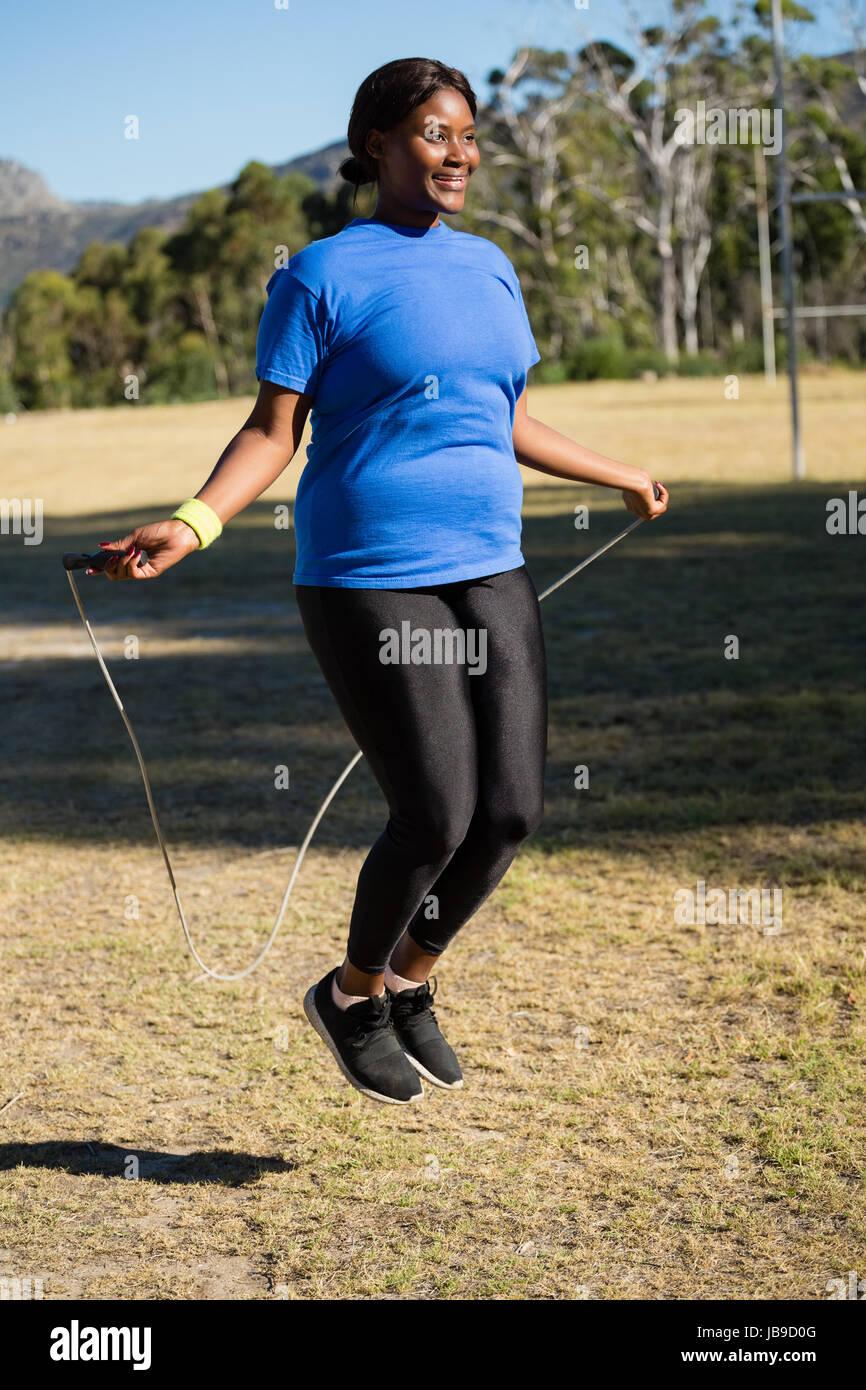 Fit Woman Springseil im Park an einem sonnigen Tag Stockbild