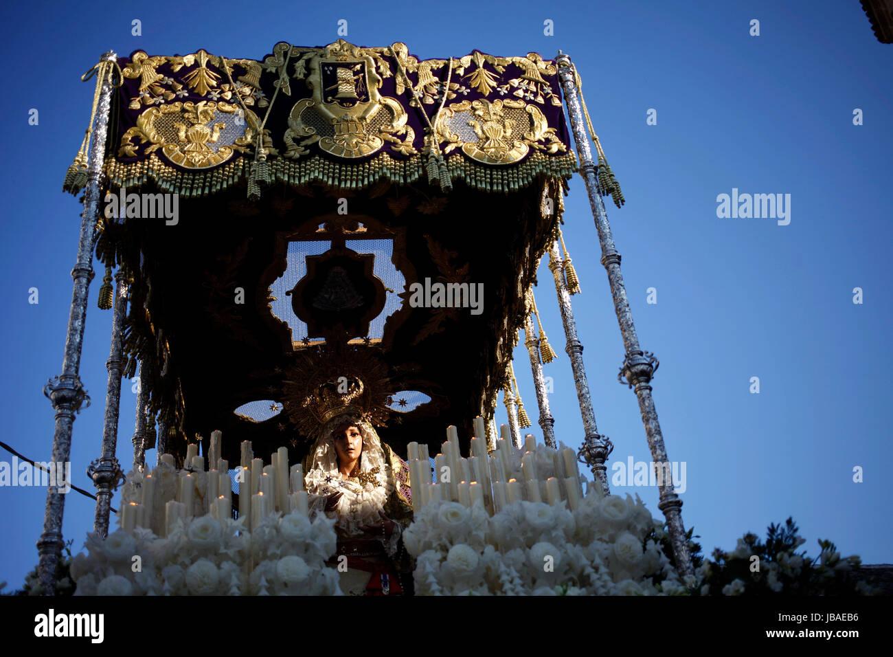 Ein Bild von Nuestra Señora de Las Lágrimas (Our Lady of Tears) wird unter einem Pallium während der Karwoche in Stockfoto