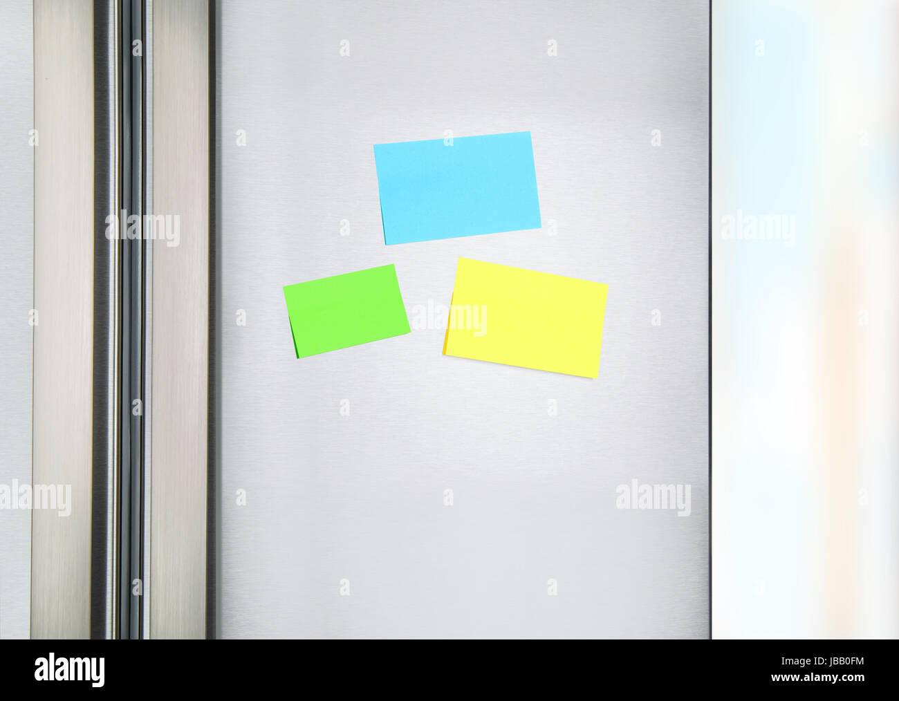 Haftnotizen auf den Kühlschrank, drei bunten Papier an die Tür am ...
