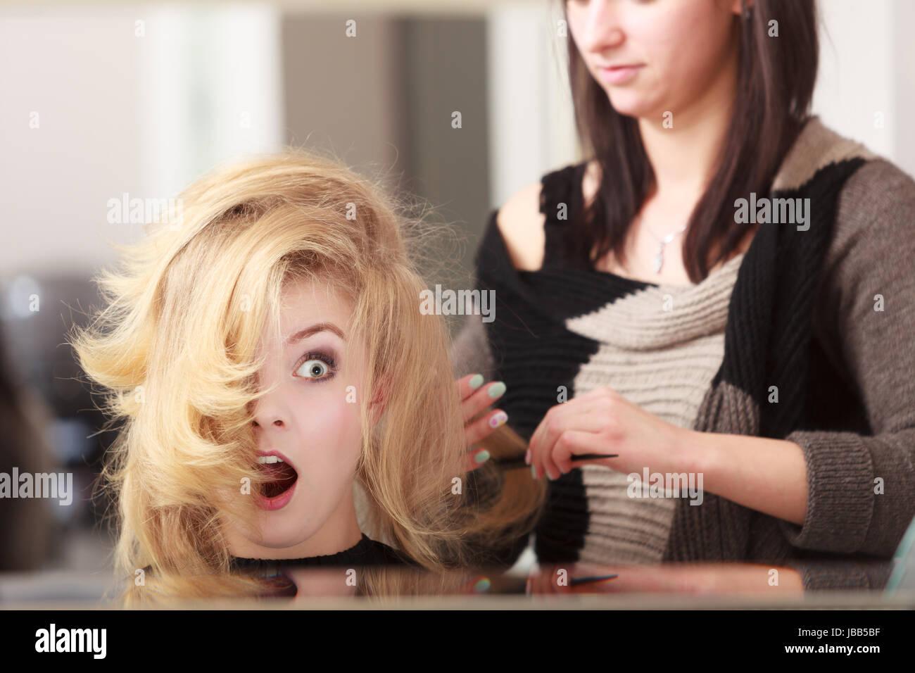 Uberrascht Schockiert Madchen Mit Blonden Welliges Haar Von Friseur