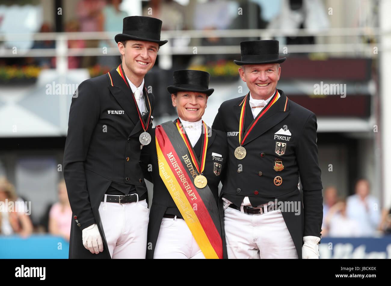 Dressurreiterin Sönke Rothenberger (l, Silber) und Hubertus Schmidt ...