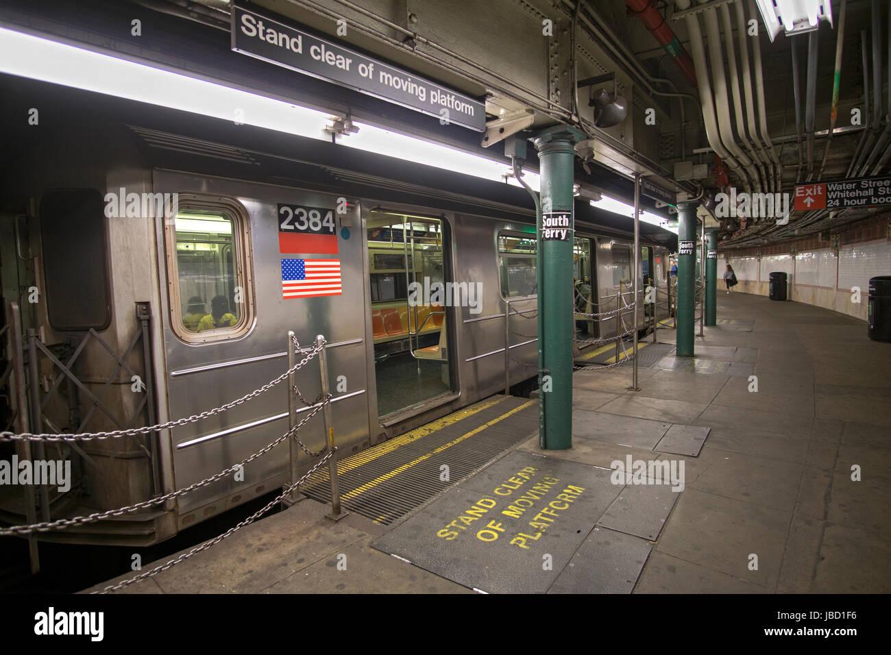 Eine u-Bahn-Züge an der South Ferry Station, die die letzte Station auf der IRT Nummer 1 Zug. In Battery PArk, Stockbild