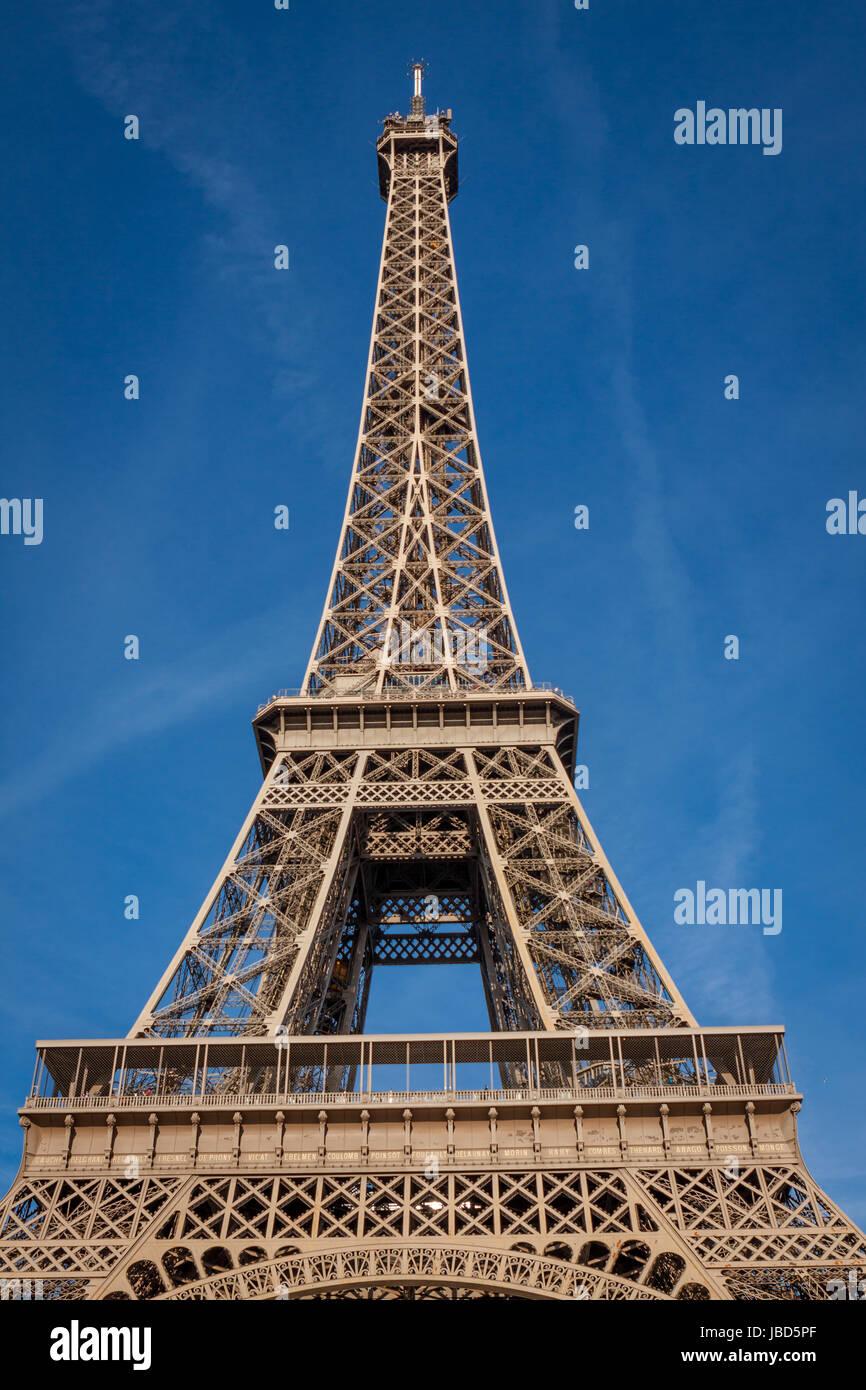 Eiffelturm in Paris Wahrzeichen Vor Blauem Himmel Im Frühling Architektur aussicht Stockbild