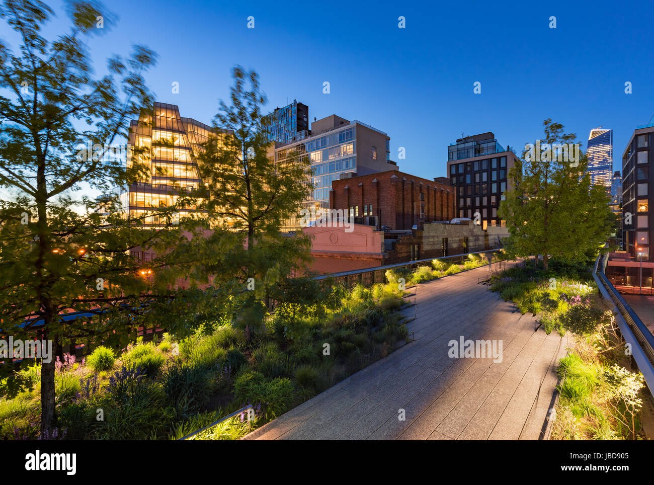 Die Highline (aerial Greenway High Line Park) in der Dämmerung im Sommer. Chelsea, Manhattan, New York City Stockbild