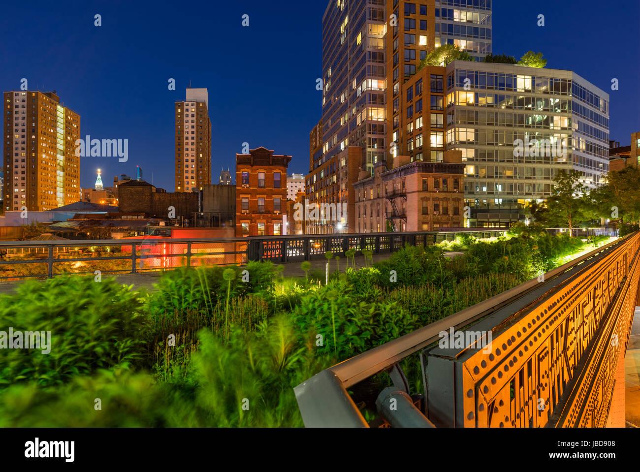 Die High Line an einem Sommerabend im Herzen von Chelsea (hier an der Kreuzung der 10th Avenue und 17th Street). Stockbild