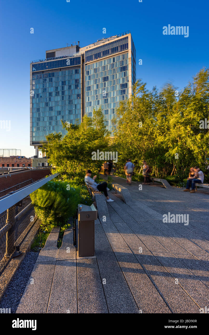 Die High Line im Sommer mit dem Standard High Line Hotel. Greenwich Village, New York City Stockbild