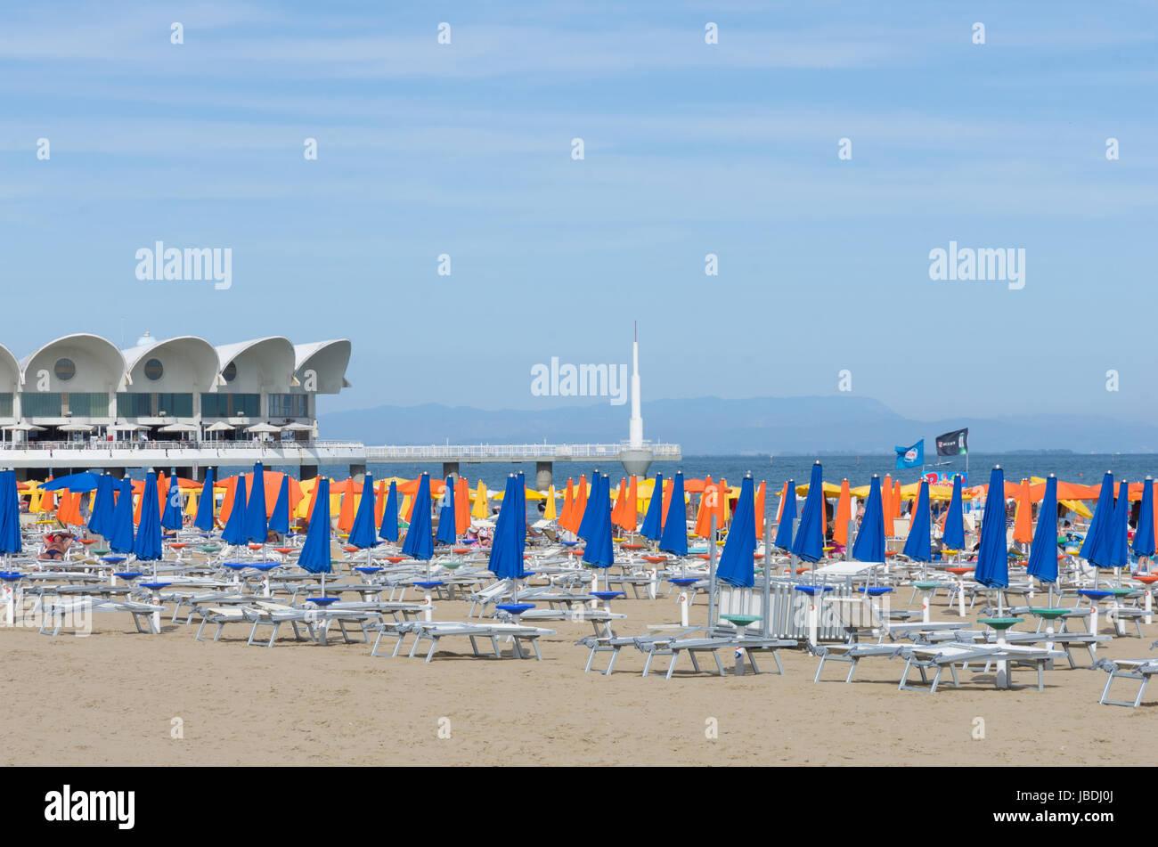Der Strand von Lignano Sabbiadoro (Italien) mit der Terrazza Mare ...