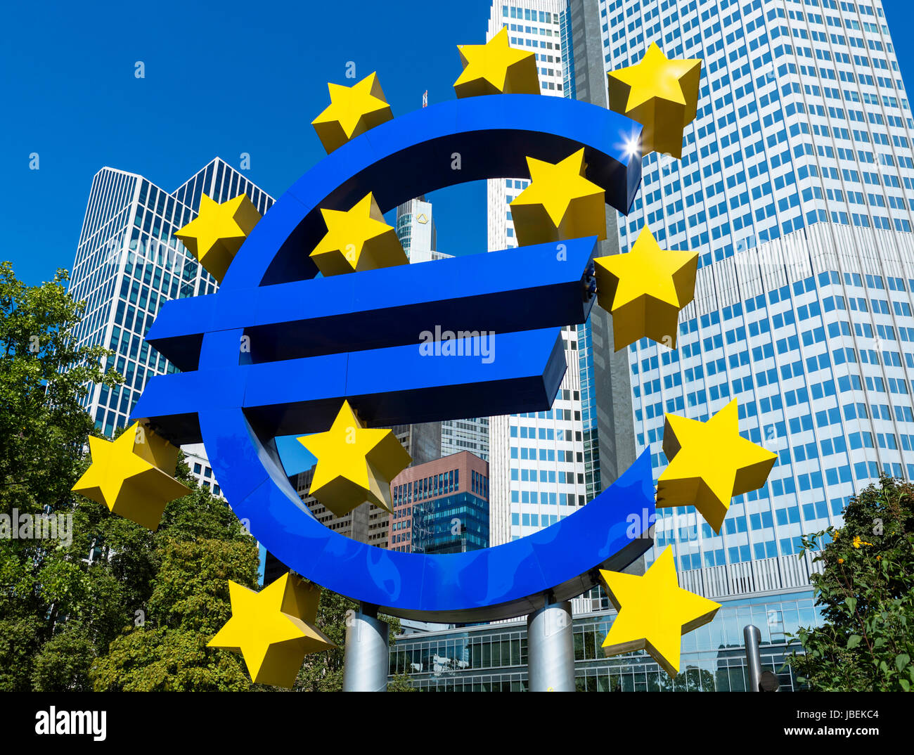 Das Euro-Symbol vor dem Eurotower, Willy-Brandt-Platz, Financial District, Frankfurt, Hessen, Deutschland Stockbild