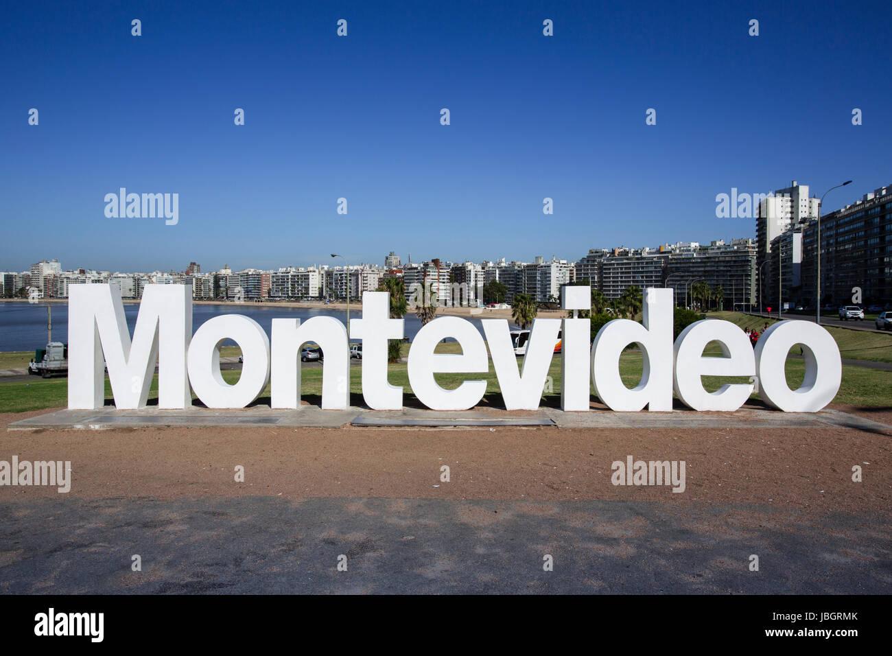 Mit Blick auf Montevideo Schriftzug auf La Rambla, Montevideo, Uruguay Stockbild