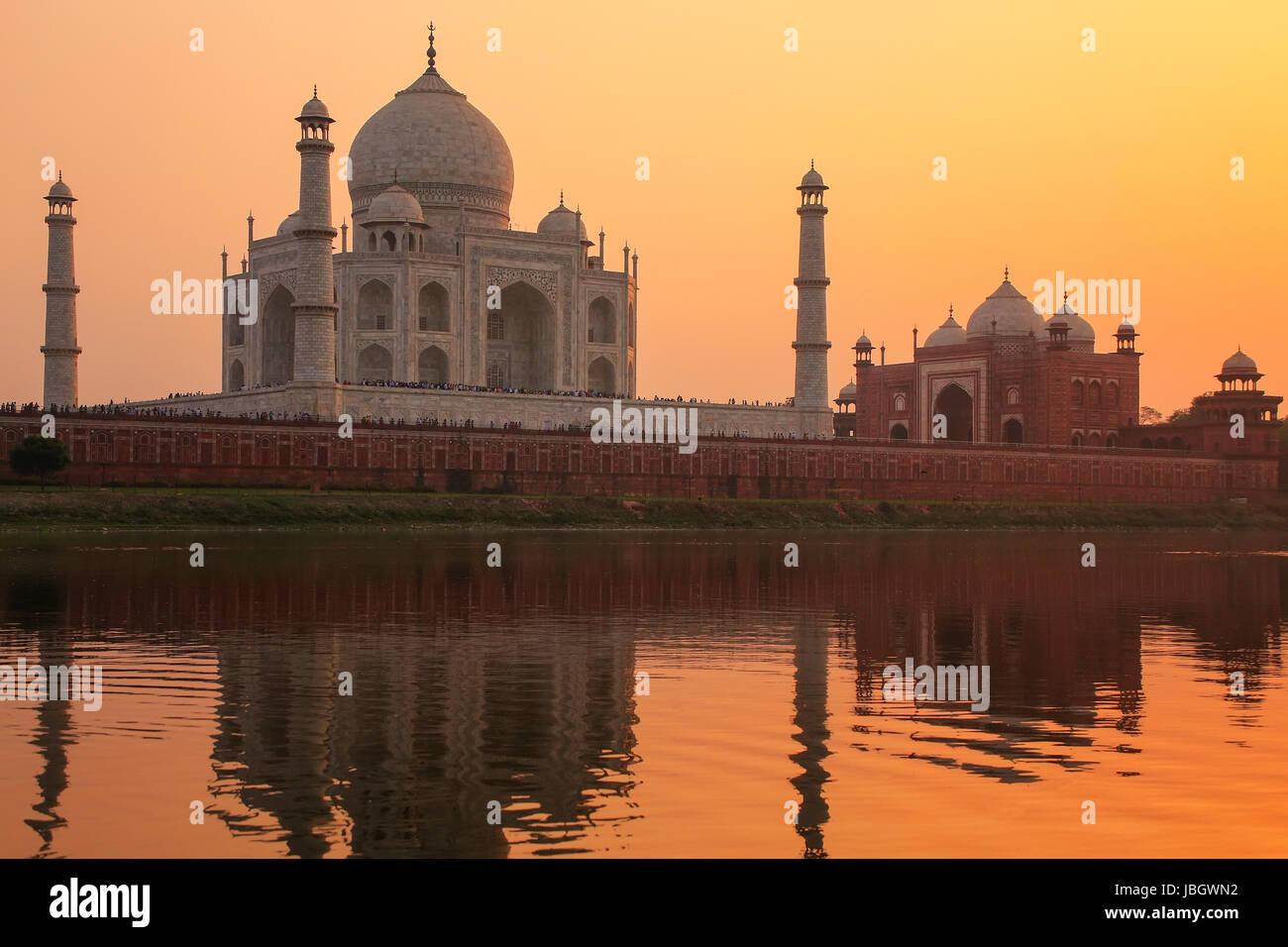 Taj Mahal spiegelt sich im Fluss Yamuna bei Sonnenuntergang in Agra, Indien. Es wurde 1632 von den Großmogul Stockbild