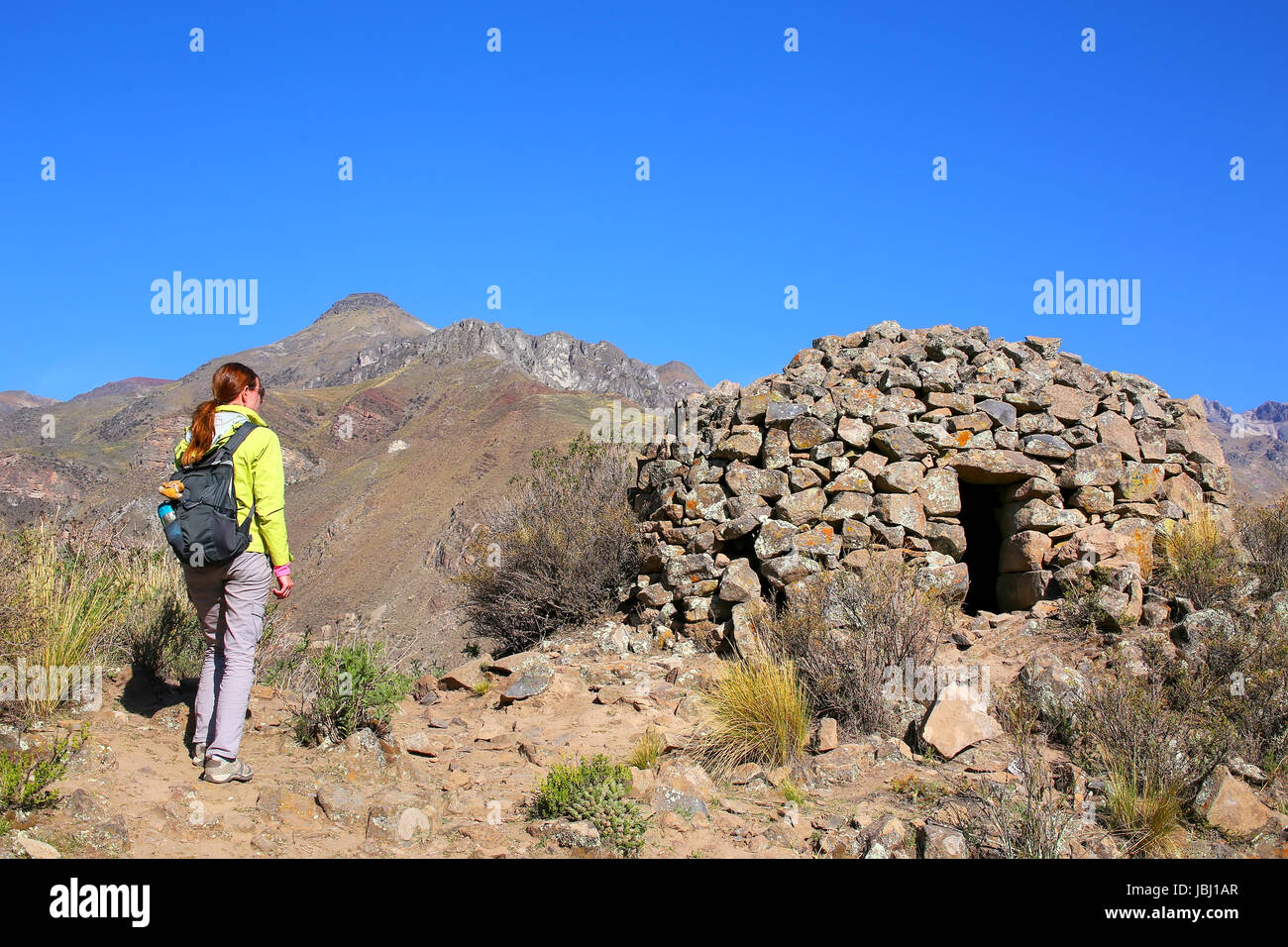 touristen auf der suche im pre inka runde house benannt colca in der n he von chivay in peru. Black Bedroom Furniture Sets. Home Design Ideas