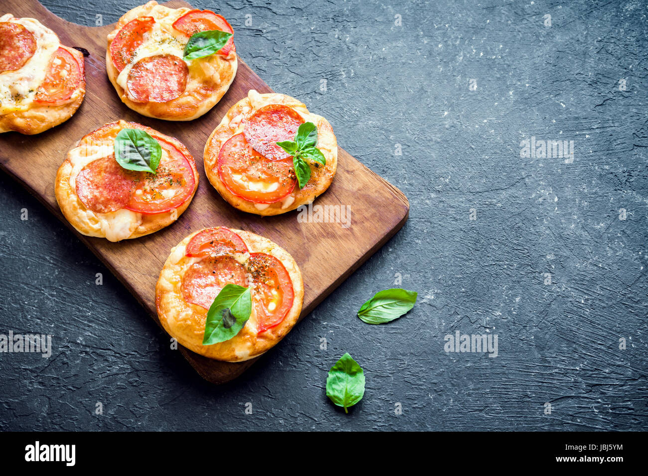 Mini Pizzen frische hausgemachte Mini Pizza mit Salami