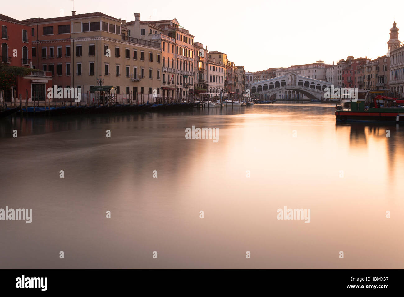 Golden Sunrise am Rialto am Canal Grande, Venedig Stockbild