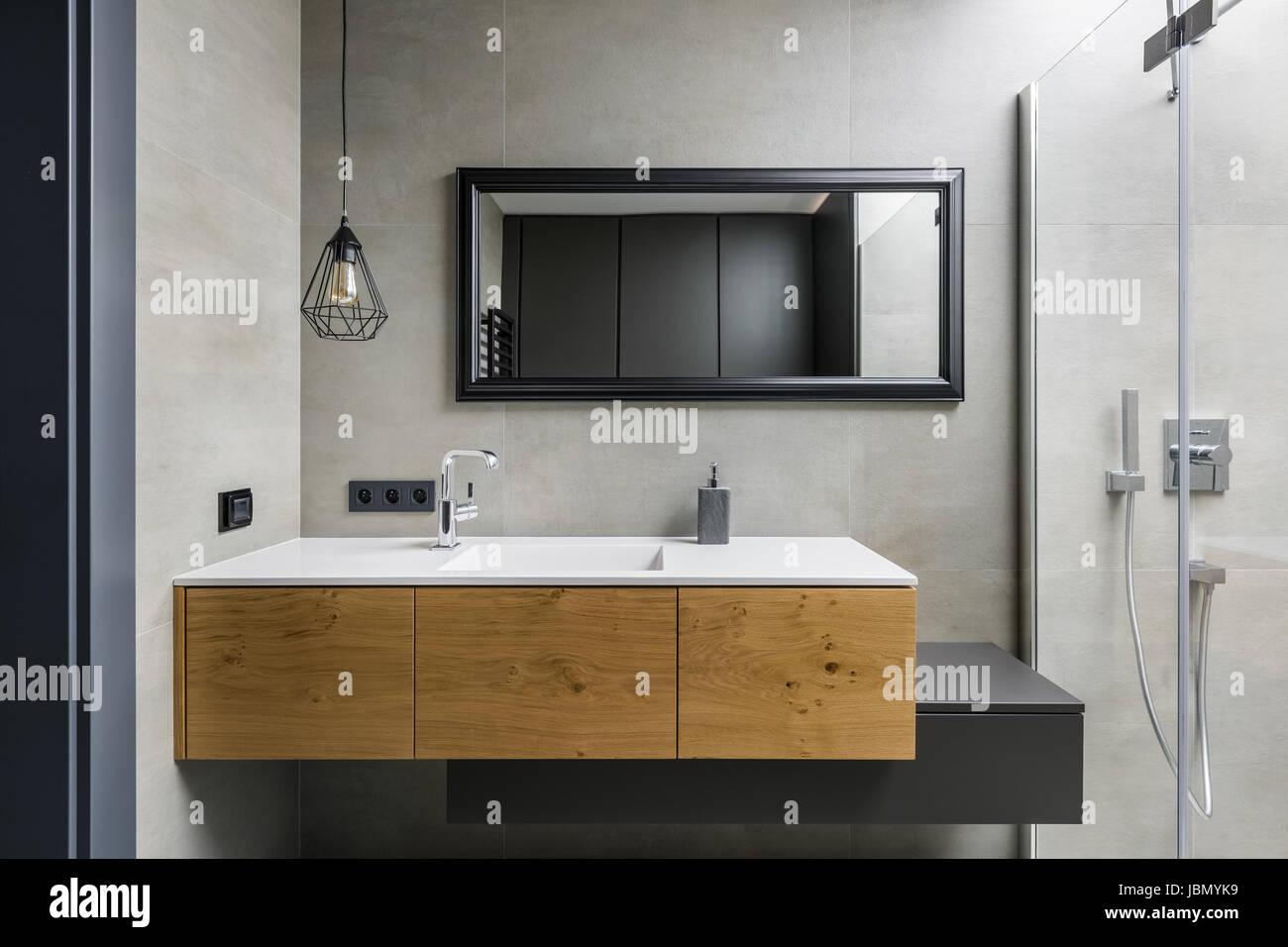 Graue Badezimmer mit modernen Arbeitsplatte Waschbecken, Spiegel und ...