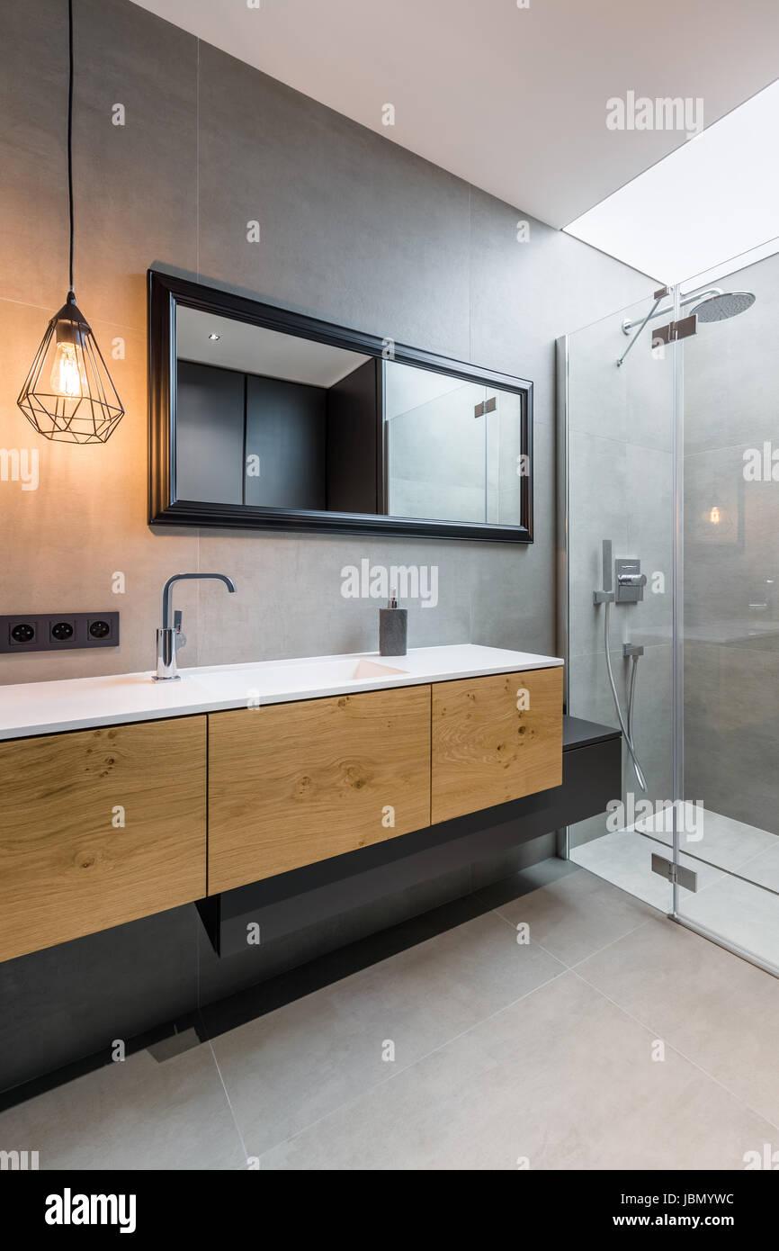 Graue Badezimmer mit begehbarer Dusche und Arbeitsplatte ...
