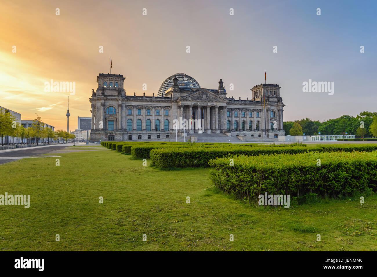 Berliner Reichstag (deutsche Parlamentsgebäude) bei Sonnenaufgang, Berlin, Deutschland Stockbild