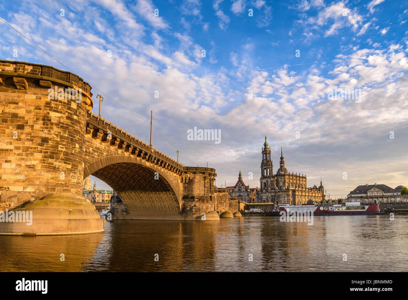 Skyline von Dresden an der Elbe und Dresden Dom bei Sonnenuntergang, Dresden, Deutschland Stockfoto