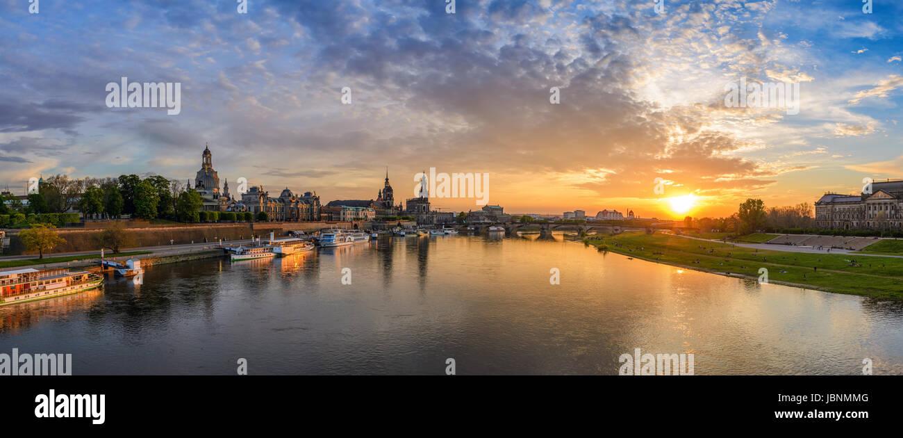 Dresden City Skyline Panorama an Elbe und Augustus-Brücke bei Sonnenuntergang, Dresden, Deutschland Stockfoto