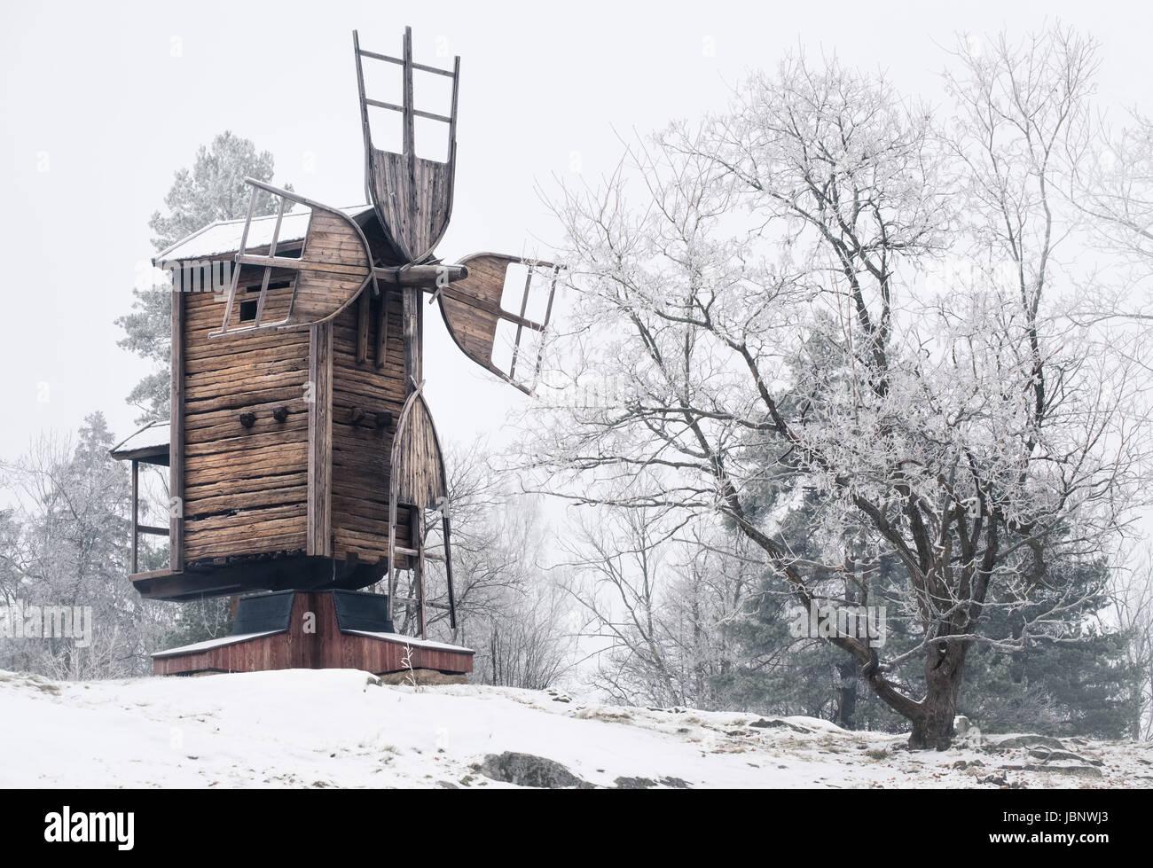 Winterliche Landschaft mit alten und verlassenen Windmühle tagsüber in Finnland Stockbild