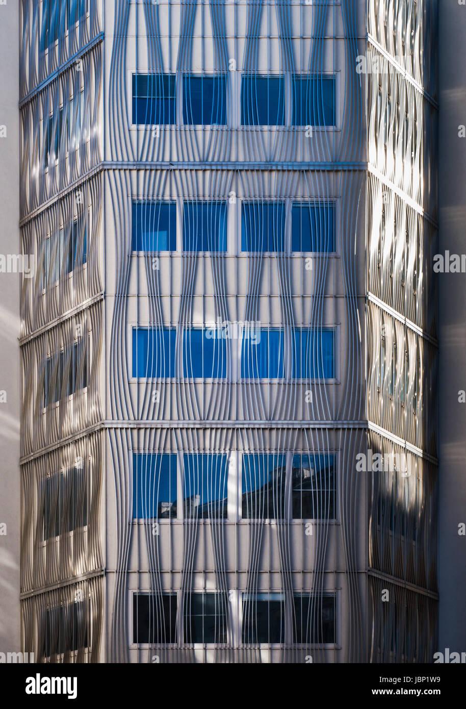 Vordere Fassade Mit Aluminium Vertikale Und Gebogene Linie Aussen