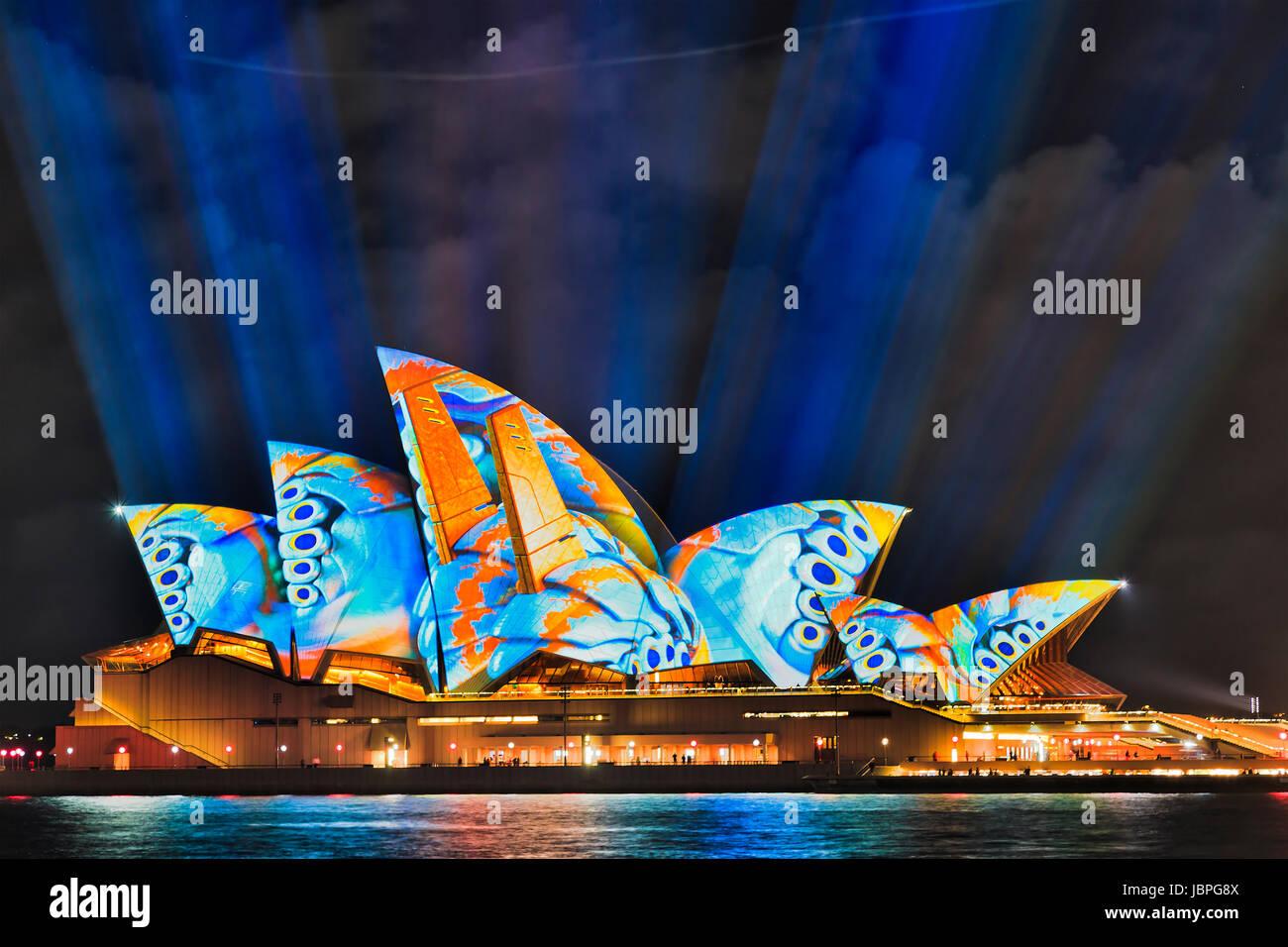 Sydney, Australien - 8. Juni 2017: Sydney Opera House während der jährlichen VIvid Sydney Lichtshow gemalt Stockbild