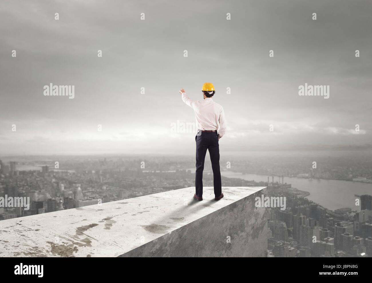 Geschäftsmann mit Helm zeigt die richtige Richtung Stockbild