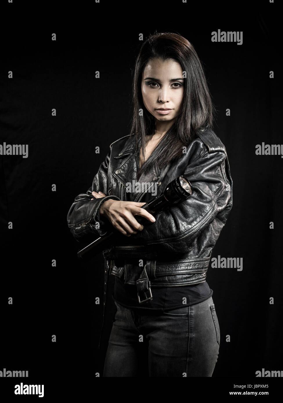 Junge weibliche Privatdetektiv mit Taschenlampe Stockbild