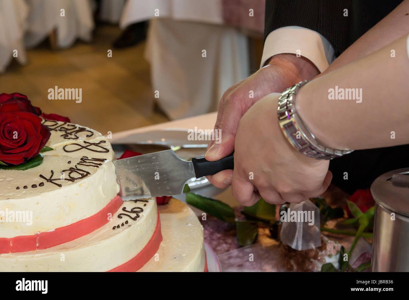 Anschneiden Der Hochzeitstorte Stockfoto Bild 144957770 Alamy