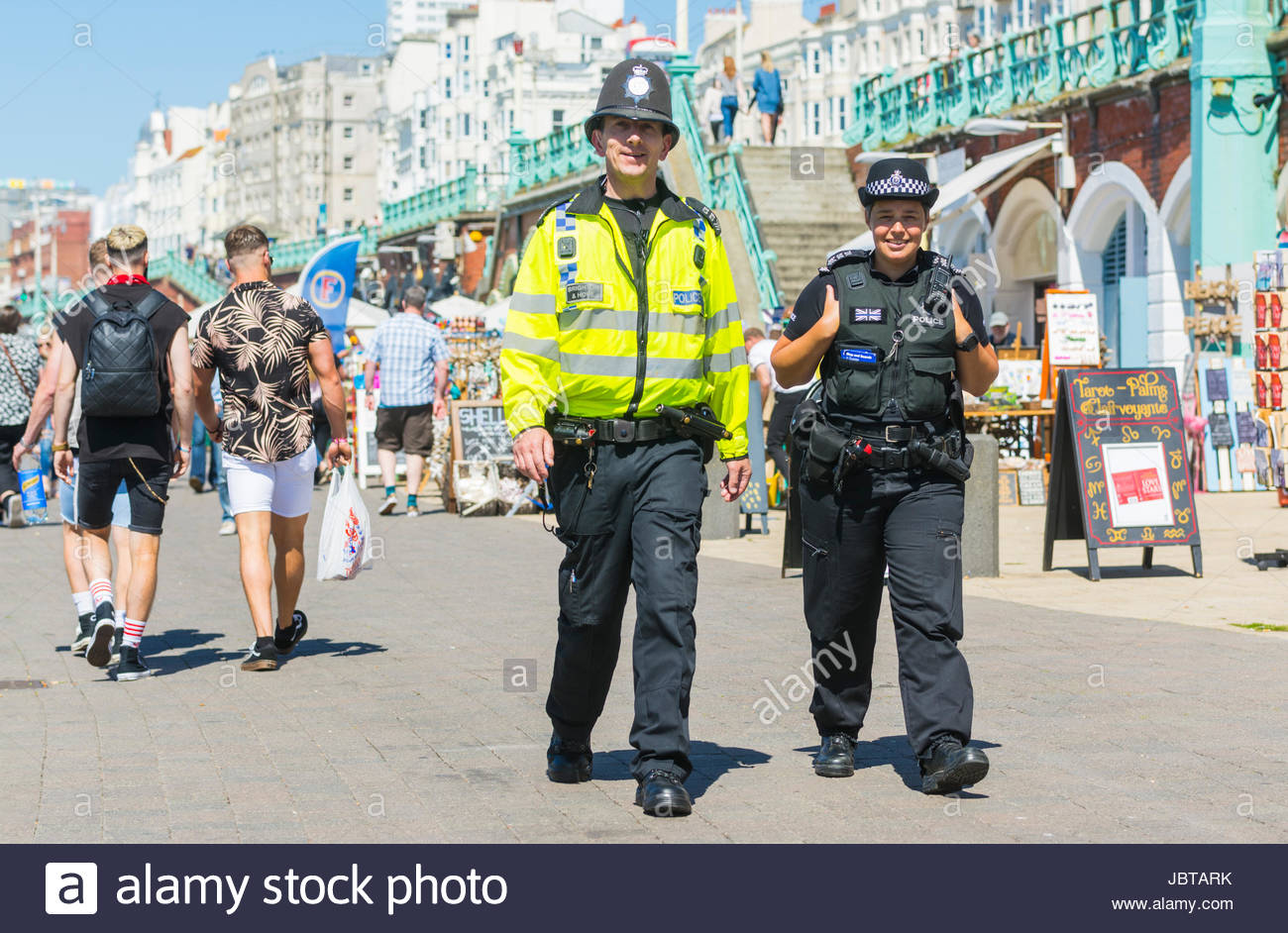 Polizeipräsenz. Polizei patrouillieren Meer promenade im Sommer in Brighton, East Sussex, England, UK. Stockbild