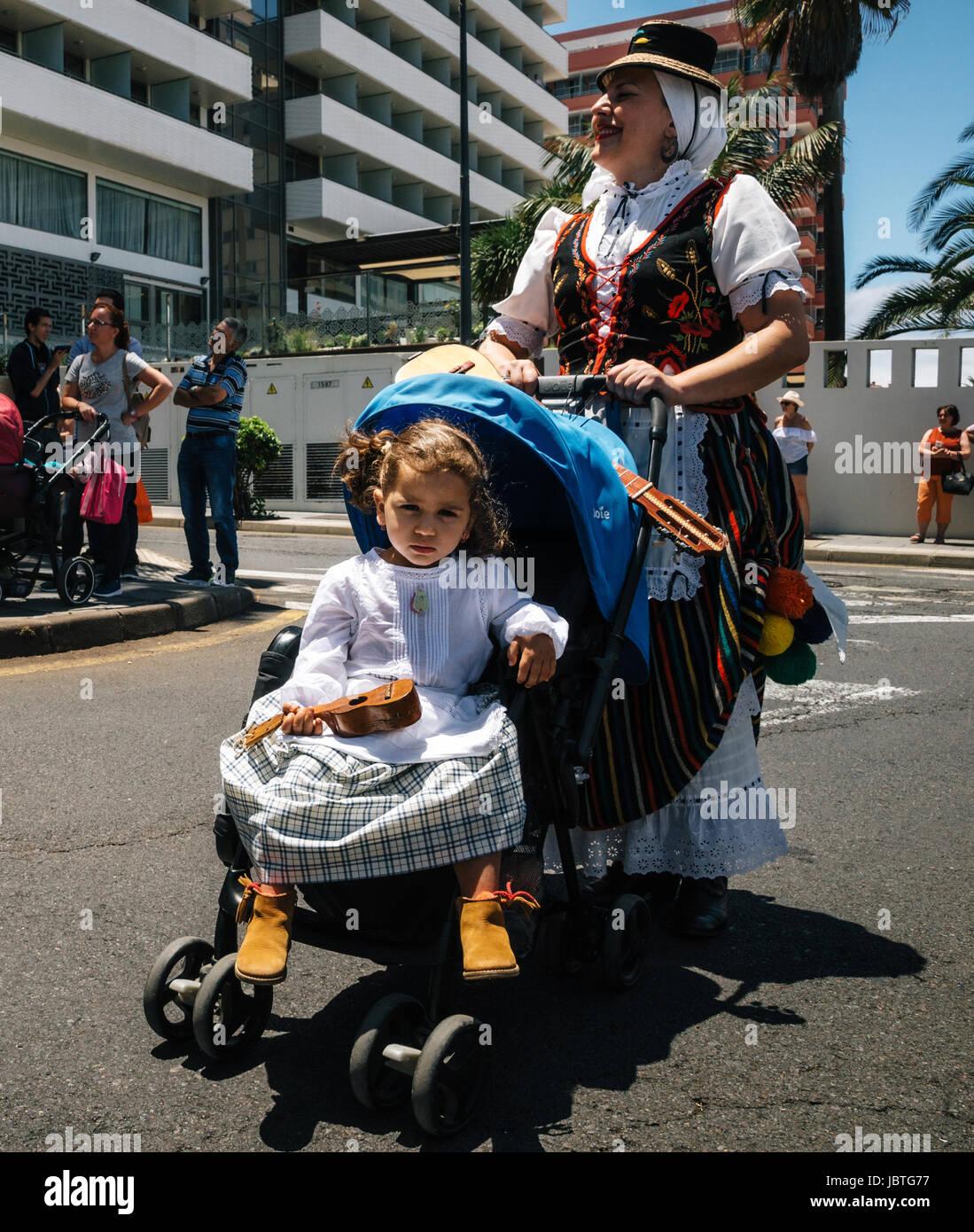 Puerto De La Cruz, Teneriffa, Kanarische Inseln - 30. Mai 2017: ein kleines Mädchen in Tracht gekleidet im Kinderwagen Stockfoto