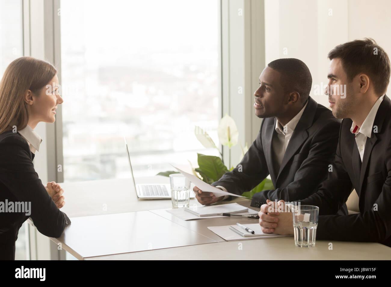 Seitenansicht der weiblichen Bewerber Einführung selbst bei Vorstellungsgespräch, reden, Berufserfahrung, Stockbild