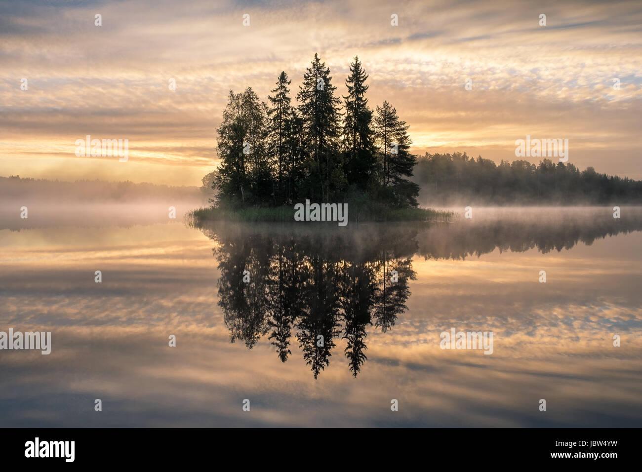 Malerische Landschaft mit Sonnenaufgang und idyllische Insel am frühen Morgen in Finnland Stockbild