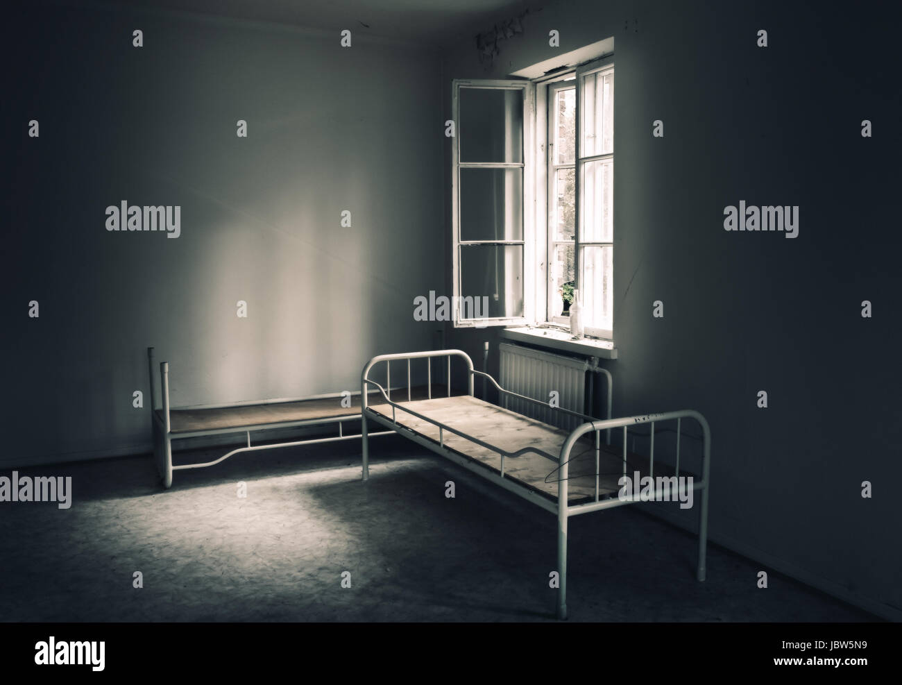 dunklen raum in das verlassene haus stockfoto bild 144997477 alamy. Black Bedroom Furniture Sets. Home Design Ideas