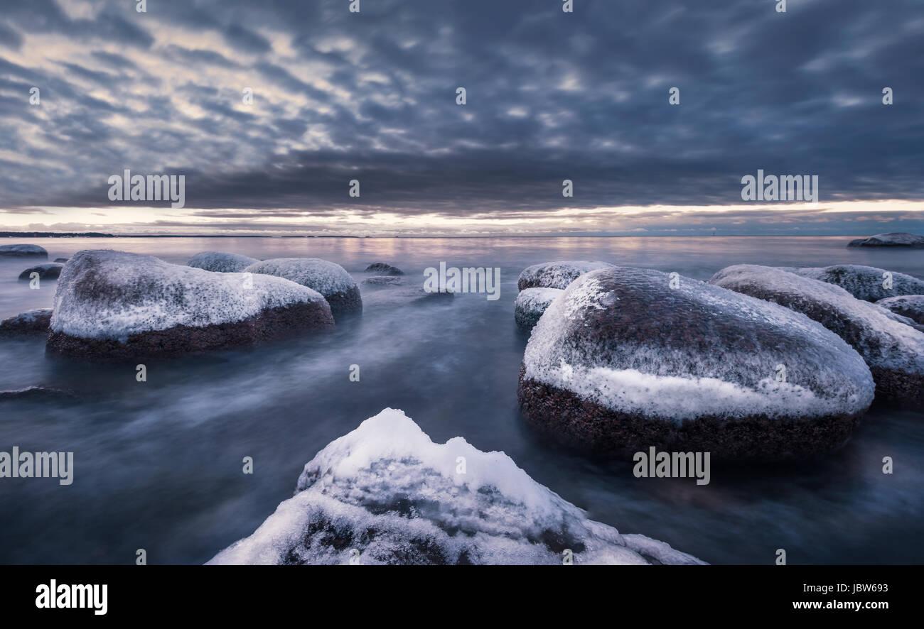 Malerische Landschaft mit Meer und Sonnenuntergang im Winter in felsigen Küste Stockbild