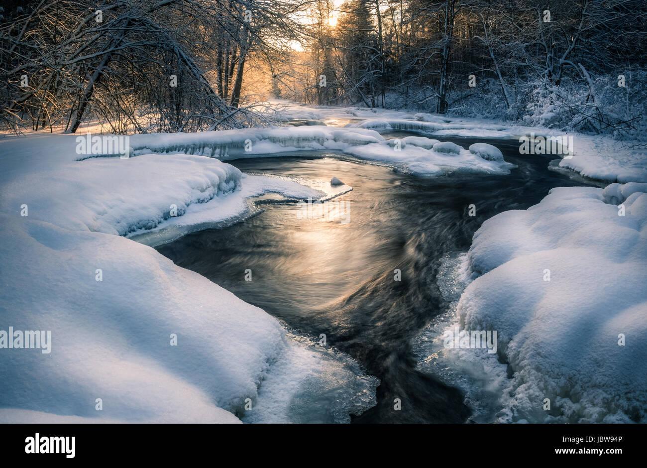 Malerische Landschaft mit fließenden Fluss am Wintermorgen Stockbild