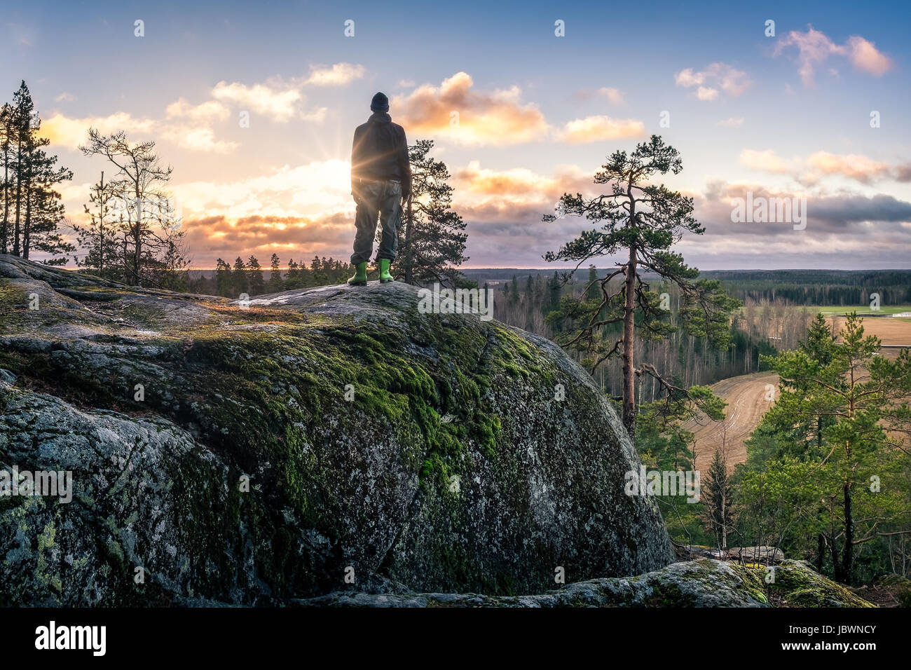Wanderer stehen vor der schönen Landschaft am frühen Morgen Stockbild