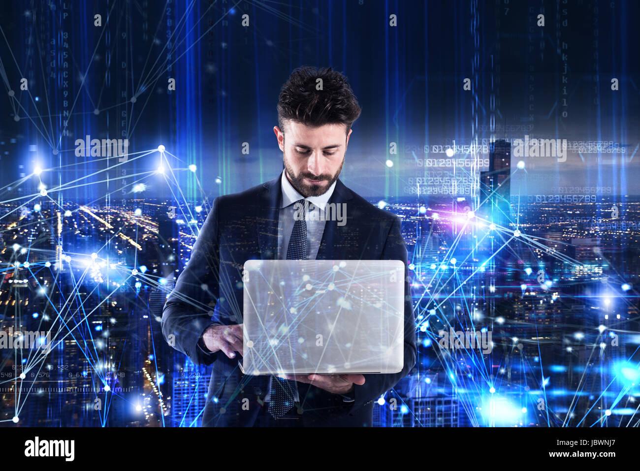 Mann auf einem Laptop arbeiten. Konzept der Software-Analyse Stockbild