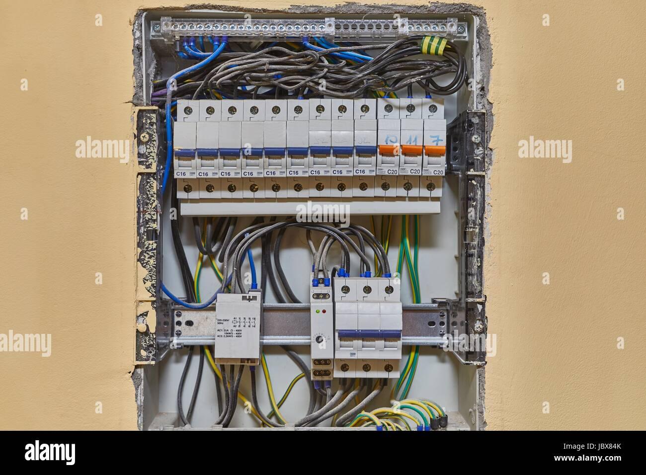 Elektrische Verdrahtung und Sicherungskasten in einem Haus Stockfoto ...