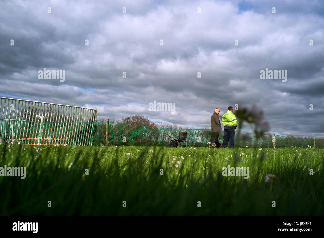 Ein Sanitäter und Zuschauer von der Rennstrecke bei Eggesford Jagd Punkt zu Punkt, die Fahrer sind Anker und Stockbild