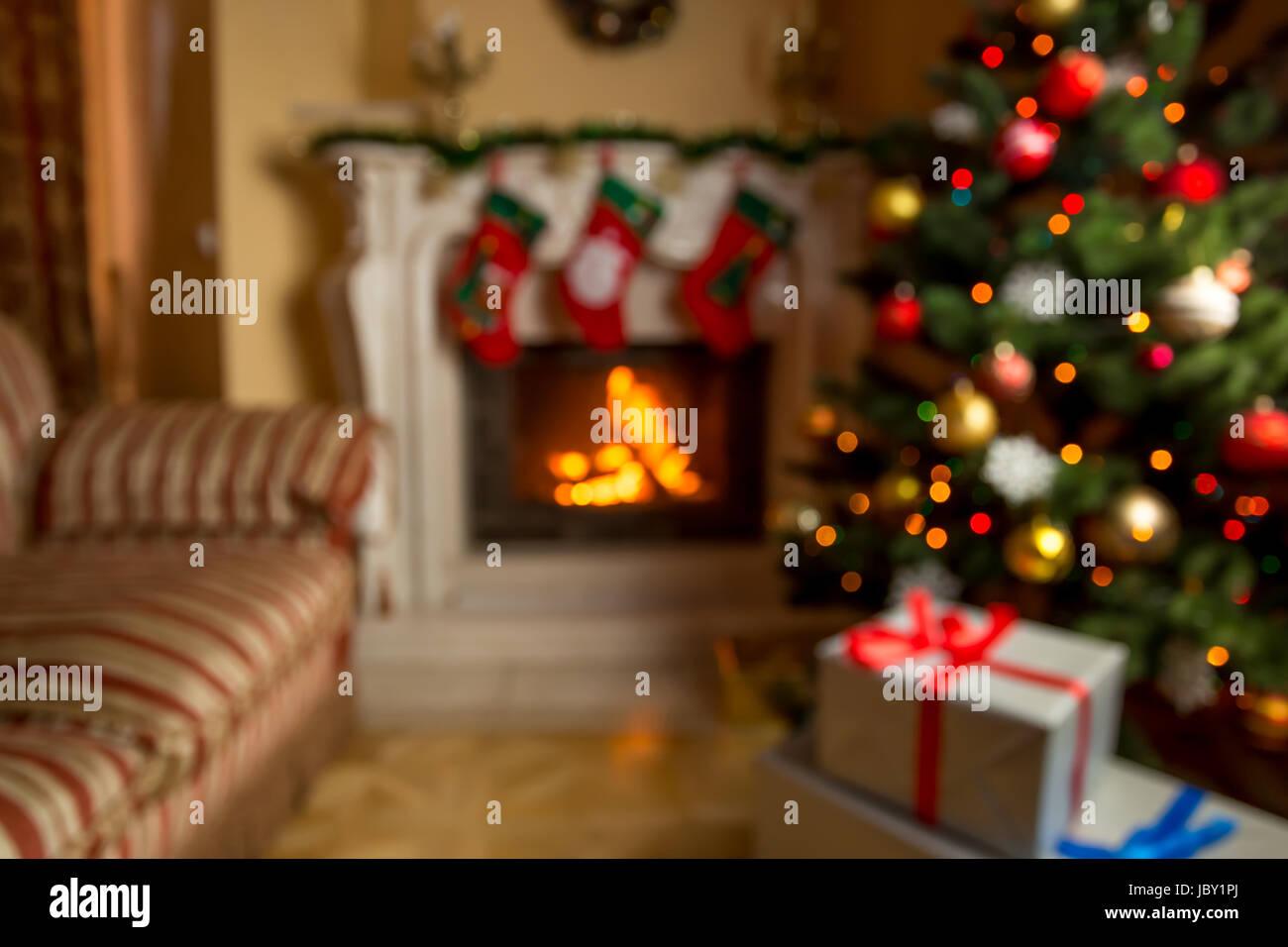 Out Of Focus Hintergrund Mit Wohnzimmer Dekoriert Für Weihnachten Mit  Brennenden Kamin