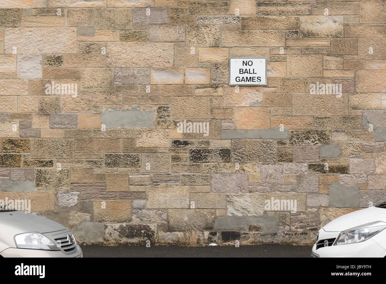 Kein Ballspiele anmelden, an der Seite eines Hauses, Dumbarton, Schottland, UK Stockbild