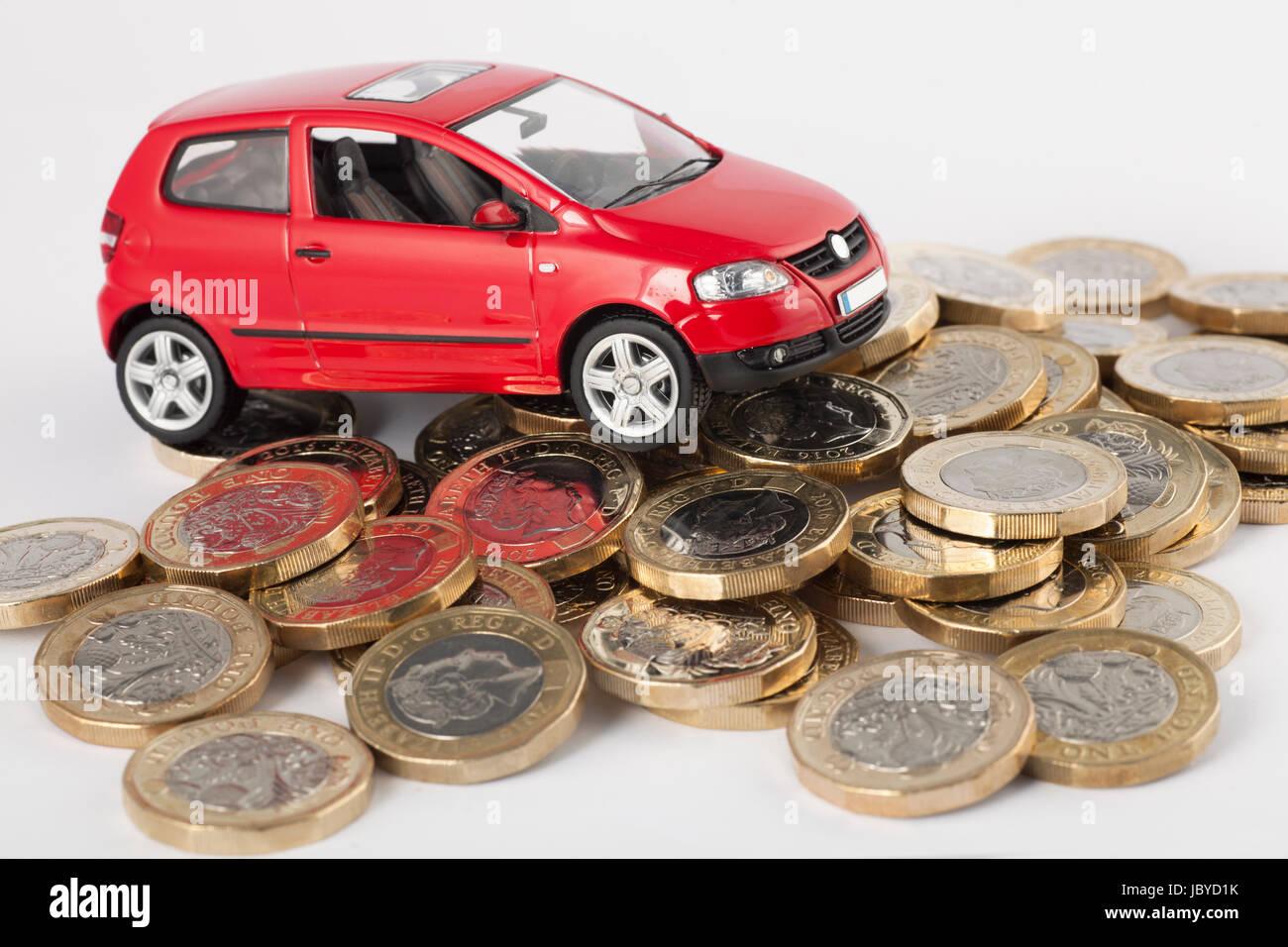 Kosten für Autofahren, Reparaturen, Steuer, TÜV und Versicherungen. Neue Pfund-Münzen. Stockbild