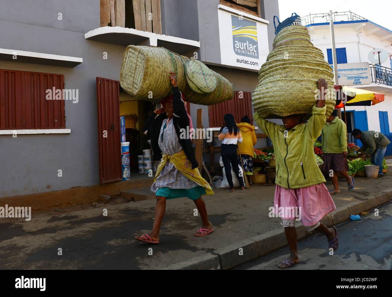 Frauen, die große Körbe auf dem Kopf im Zentrum von Madagaskar. Stockbild