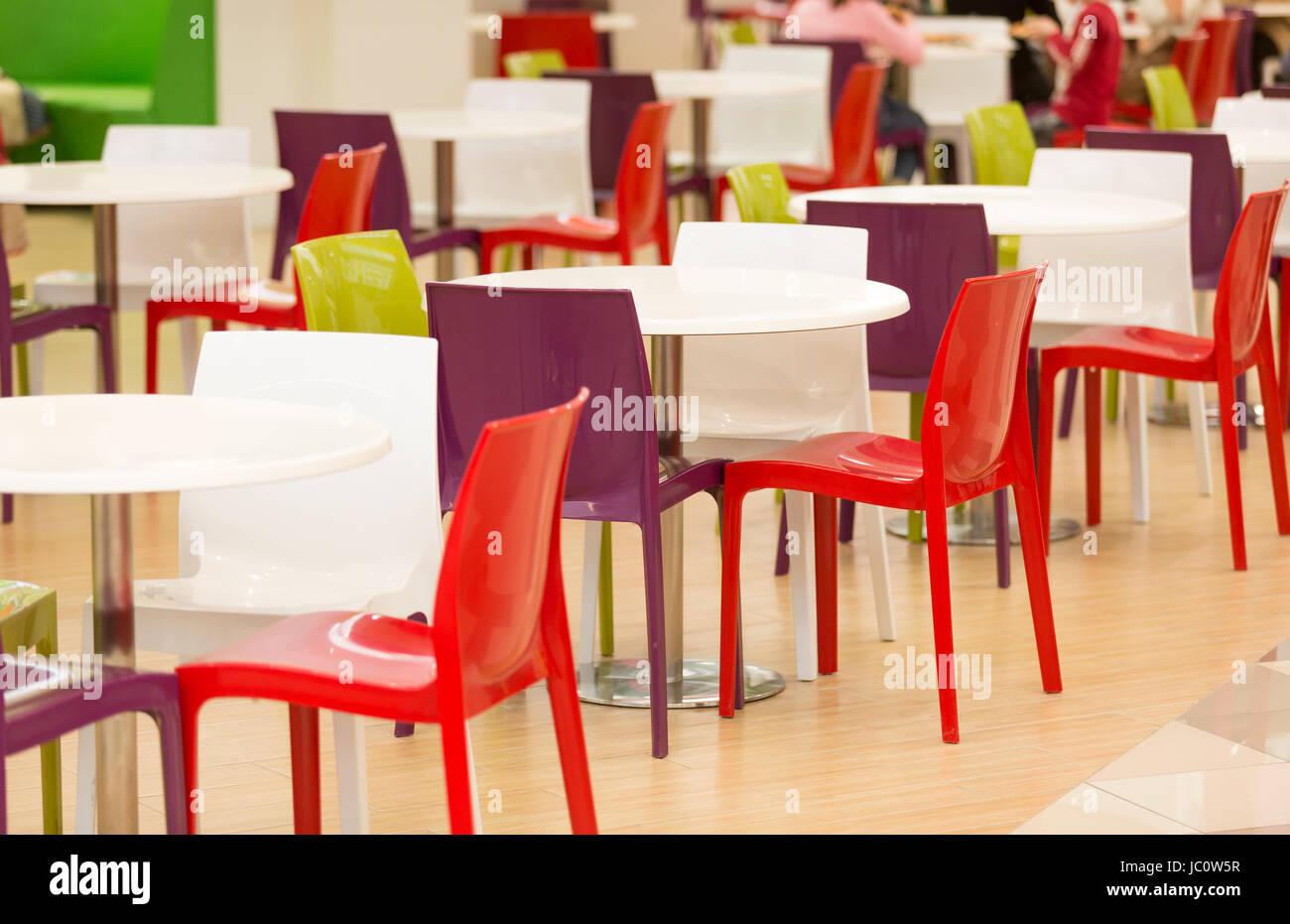 Bunte Kunststoff-Stühle und Tische im großen Kantine Stockfoto, Bild ...